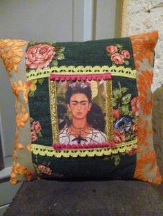 Coussin Frida en son jardin, tissu vintage et velours créateur