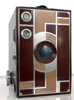 """Kodak Beau Brownie camera Available in five colors from 1930 to 1933 The measuring 2 ¼"""" by 3 ¼"""" and using 120 roll film, and the Antique Cameras, Old Cameras, Vintage Cameras, Kodak Camera, Retro Camera, Diesel Punk, Photography Camera, Vintage Photography, Photo Deco"""