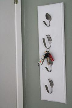 Mais uma ideia super original, os ganchos para colocar as as chaves são talheres.