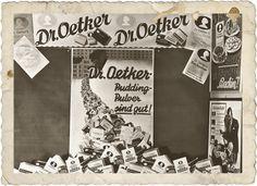 Typisches Schaufenster mit Dekomaterialien von Dr. Oetker, 1928.