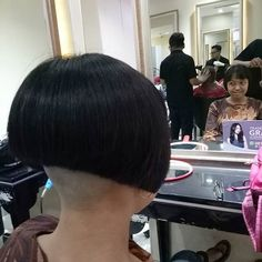 "@boblovers auf Instagram: ""@me_lasmi #bobhaircut #undercut #bobhairstyle #rasatura #shorthair #bobhaircut # #sidecutstyle #bobhairstyle #rasare #capellicorti…"" Shaved Bob, Shaved Undercut, Undercut Long Hair, Shaved Nape, Pompadour Hairstyle, Undercut Hairstyles, Nape Undercut Designs, Badass Haircut, Short Hair Cuts"