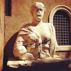 Madama Lucrezia è l'unica donna e la meno loquace fra le statue parlanti. Si tratta di un busto, proveniente dal Tempio di Iside, collocato a lato della Basilica di San Marco a Piazza Venezia. Il suo nome è legato alla figura di Lucrezia d'Alagno che soggiornò a Palazzo Venezia con lo scopo, fallito, di ottenere da Papa Callisto V il divorzio del suo amante Alfonso d'Aragona dalla consorte. Rappresenta la corrispondente dell'Abate Luigi. #LAZIOisMe