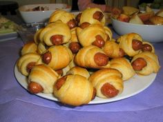 Pigs-in-a-blanket 2 oz) cans Pillsbury Refrigerated Crescent Dinner Rolls (we prefer the garlic-flavored ones) 48 fully cooked cocktail smoked sausage links Directions: Heat oven to 375 Separate dough into 8 triangles. Appetizers For Party, Appetizer Recipes, Dinner Recipes, Simple Appetizers, Cocktail Sausages, Cocktail Wieners, Dinner Rolls, Kids Meals, Love Food