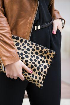 *Clare Vivier clutch* #mango #mangostreet #leatherjacket #bikerjacket #jumpsuit #brownleatherjacket #overall #blackjumpsuit #clutch #clarevivier #zipy #zipystyle #fashionblogger #outfit