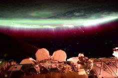 La vue magnifique d'une aurore boréale depuis l'ISS