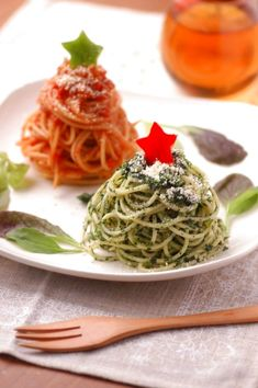 [Christmas color pasta] Although the lease of pasta we used the short pasta, to Serve Long pasta cute arrange ♪ basil and tomato pasta so that each becomes a mountain type, let's finish the Christmas tree pasta! Christmas Pasta, Christmas Party Food, Xmas Food, Christmas Appetizers, Christmas Cooking, Eating Pictures, Xmas Dinner, Snacks Für Party, Food Decoration