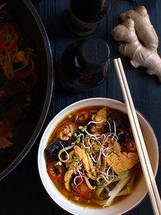 udon lub innym grubym makaronem) 2 łyżki sosu rybnego 2 łyżki ciemnego sosu sojowego 1 łyżka oleju sezamowego 1 łyżka gotowego sosu chil...