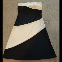Express colorblock dress This dress has a built-in shelf bra, hits around the knees, and has a good amount of stretch to it, as it flatters the figure nicely. Express Dresses Strapless