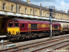 ' Class 66 113 pauses at Preston station with the Mossend to Clitheroe Castle cement train , Monday August 2016 . Photo by Gary Severn . Electric Locomotive, Diesel Locomotive, British Rail, Preston, Sheds, North West, Cement, Trains, Transportation