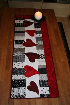 hearts on patchwork Table Runner And Placemats, Table Runner Pattern, Quilted Table Runners, Small Quilts, Mini Quilts, Quilting Projects, Sewing Projects, Place Mats Quilted, Quilted Table Toppers