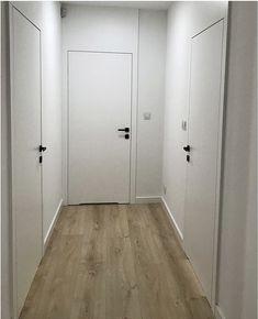 Białe lakierowane drzwi wewnętrzne - bezprzylgowe . Powierzchnia skrzydła , tworzy jedną płaszczyznę z ościeżnicą , która w górnej części dochodzi aż do sufitu . Home Interior Design, Exterior Design, Interior And Exterior, Porte Design, Black Door Handles, White Doors, Wood Doors, Windows And Doors, Bathroom Lighting
