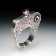 RAD 29 Hollow ring with Garnet 003 - by sara westermark