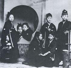 Elementary school girls wearing ribbon - Shizuoka 静岡, Japan - 1905 Source Twitter @oldpicture1900