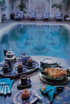 I want to be here. Moroccan Pool House with George Clooney as my breakfast guest!  ☼☼
