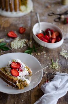 Coco e Baunilha: Bolo de pistácio com morangos em açúcar de lavanda // Pistachio pound cake with strawberries in lavender sugar