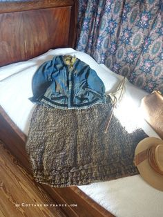 Vêtements de promenades (excursion outfit) Greige, George Sand, Shabby Home, White Cottage, French Country Decorating, Dan, Berries, Blue, Letters