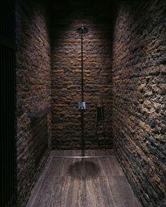 """Ambiente doccia scuro, con piatto doccia in Zebra Black e pareti """"a sasso""""  www.pietredirapolano.com"""