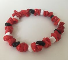 A stretch bracelet with coral, black onyx and white agate beads #etsyshop #beadedbracelet #stretchbracelet #coralbracelet #onyxbracelet #agatebracelet Coral Bracelet, Beaded Bracelets, White Agate, Agate Beads, Red Coral, Stretch Bracelets, Black Onyx, Etsy Shop, Trending Outfits