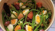 """Mais uma receitinha bem fresh para aguentar esse calorão!! A Salada Niçoise é de origem francesa (lá de Nice, por isso o nome """"Niçoise) e servida principalmente no verão! É uma ótima pedida p…"""
