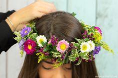 DIY – Una corona de flores para los días de verano Diy Wreath, Wreaths, Corona Floral, Head Crown, Mini Prom Dresses, Diy Crown, Garden Shop, Wreath Tutorial, Diy And Crafts