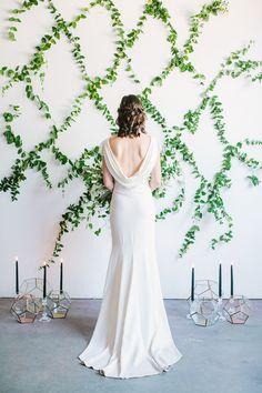 Inspiração do casamento do inverno com contexto da verdura - http://ruffledblog.com/winter-wedding-inspiration-with-greenery-backdrop a foto Yasmin Sarai
