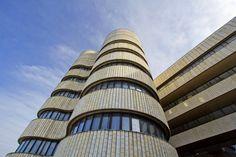 Dejvický hotel Praha byl otevřen v květnu 1981. Už v době svého vzniku byl stavěn pro potřeby vedení KSČ a státní delegace z tehdejších spřátelených komunistických států. Při vypsání architektonické soutěže v roce 1971 bylo jasné, že bude stavba výkladní skříní československé architektury a umění. Stavba byla nakonec přiřknuta čtveřici architektů Jaroslavu Paroubkovi, Arnoštu Navrátilovi, Radku Černému a Janu Sedláčkovi. Most Luxurious Hotels, Prague, Statues, Design Art, Building, Places, Detail, People, Ideas