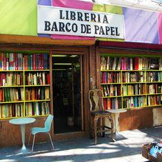Ésta es La Libería Barco de Papel.  Puede ver los libros en la ventana.
