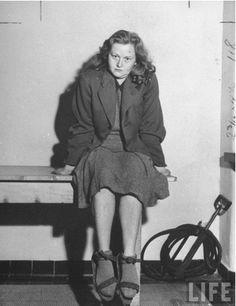 Questa è Ilse Koch, 'La Cagna di Buchenwald'. Tra le sue atrocità, realizzare paralumi di pelle umana.