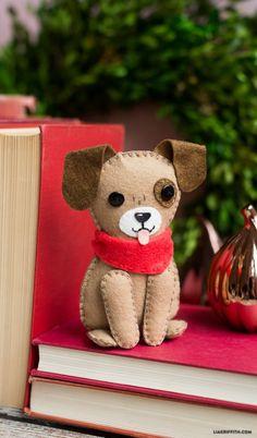 Tutorial - little felt dog - cute! Felt Diy, Handmade Felt, Felt Crafts, Sewing Stuffed Animals, Stuffed Animal Patterns, Fabric Animals, Felt Animals, Dog Template, Felt Keyring