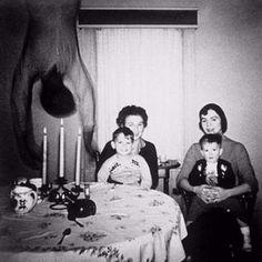 No anos 50 a família Cooper mudou de casa e para comemorar tiraram uma fotografia. Quando revelaram ... - All Rights Reserved - Imgur