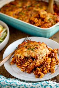 This Mouthwatering Syn Free Bolognese Pasta Bake will impress the whole family - rich bolognese meat sauce coated pasta topped with delicious cheesy goodness, syn free when using your healthy extra A choice. Gluten Free, Vegetarian, Slimming World and Weight Watchers friendly Healthy Meals To Cook, Healthy Cooking, Healthy Eating, Healthy Recipes, Slow Cooker Recipes, Beef Recipes, Cooking Recipes, Pasta Recipes, Pasta Bake