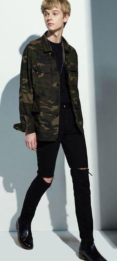 양쪽 무릎 라인에 디스트로이 처리를 한 블랙진 MODIFIED M#0915 cut destoryed stretch jeans