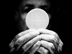 Kapłan podczas Mszy Świętej powtarza słowa Pana Jezusa z ostatniej wieczerzy, wtedy mocą Ducha Świętego dokonuje się największyz cudów – chleb staje się C