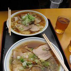 Sopa Ramen en Tokyo, Japón.  Sopa de Tallarines de soja con tajadas de cerdo cocido, encurtidos y un buen manojo de verduras, tipo de cebolletas o cebollinos. Es una sopa reconfortante y refrescante.  http://www.onfan.com/es/especialidades/chuo/chuka-soba-inoue/sopa-ramen?utm_source=pinterest&utm_medium=web&utm_campaign=referal