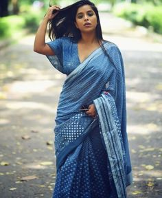 Exclusive stunning photos of beautiful Indian models and actresses in saree. Indian Fashion Trends, Ethnic Fashion, Look Fashion, Saree Blouse Patterns, Saree Blouse Designs, Ethnic Outfits, Indian Outfits, 15 Dresses, Indian Dresses