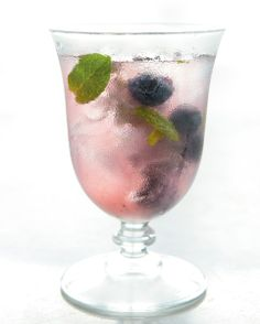 5 Healthy Summer Cocktails: It's time to start filling your cocktail glass with the same antioxidant-rich fruits and vegetables you use in your kitchen. Refreshing Drinks, Summer Drinks, Fruit Drinks, Alcoholic Drinks, Lavender Cocktail, Lavender Syrup, Healthy Cocktails, Cocktail Glass, Holiday Drinks