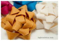 Free Felt Patterns and Tutorials: holidays - christmas bows Felt Gifts, Diy Gifts, Xmas Gifts, Felt Bow Tutorial, Christmas Bows, Christmas Ornaments, Christmas Ideas, Felt Bows, Felt Patterns