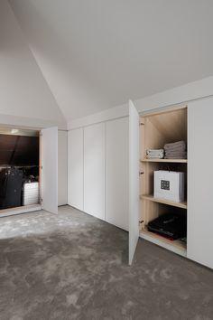 Neves maatkast onder dak - Gisella P. Attic Bedroom Storage, Loft Storage, Attic Bedrooms, Attic Closet, Bedroom Loft, Eaves Storage, Attic Bedroom Designs, Bin Storage, Loft Conversion Bedroom