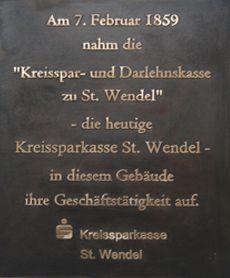 Gedenktafel, Erinnerungstafel mit Logo an einem Bankgebäude, Bronzeguss