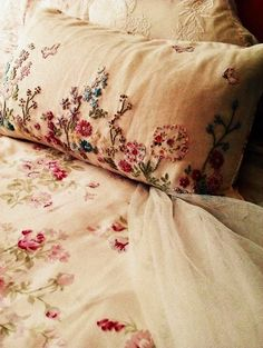 ideas for embroidery patterns vintage shabby chic embroidered pillows Linens And Lace, Ribbon Embroidery, Pillow Embroidery, Floral Embroidery, Hand Embroidery Flowers, Embroidery Ideas, Linen Bedding, Bed Linens, Bedding Sets