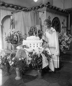 Aimee McPherson cuts cake 1927