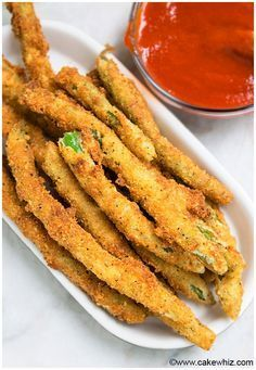Quick and easy crispy fried green beans recipe made with simple ingredients. Great as an appetizer or side and can be made with fresh or frozen green beans. Panko Green Beans, Deep Fried Green Beans, Crispy Green Beans, Pickled Green Beans, Veggie Side Dishes, Vegetable Dishes, Vegetable Recipes, Vegetarian Recipes, Cooking Recipes