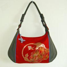 ゴージャスな帯のリメイク,大きなサイズのホーボーバッグです。 カジュアルファッションにお勧めです。バッグの内側は、総裏付きで、 ポケットが内側に2個と外側に2...|ハンドメイド、手作り、手仕事品の通販・販売・購入ならCreema。