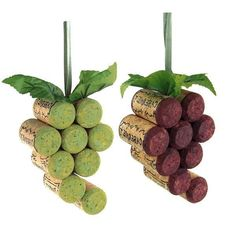 These grapes are made from a recycled wine cork. Great gift for anyone on your list or use this as an ornament, favor, hostess gift, wine tag, or table decorati #recycledwinebottles