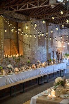 Je me permets de ré-épingler des photos de ce mariage parce qu'il me semble qu'au niveau de la densité des fleurs sur les tables, c'est exactement ce que nous recherchons... environ une grosse fleur assez présente par table de 6, et quelques petites fioles avec de toutes petites fleurs...