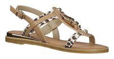 Trendige Damen-Sandalette aus Kunstleder von Mustang! Der absolute Hingucker bei diesem Schuh sind die Riemen im Leo-Look, die Nieten und Ringe. Durch die weiche Textilinnenausstattung ist der Schuh absolut angenehm zu tragen....