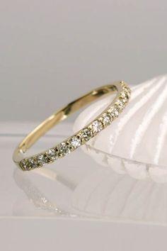 極上のダイヤモンドを使ったハーフエタニティリング。指馴染みのいいダイヤモンドリング