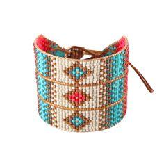 D'inspiration ethnique, ce très joli bracelet de perles et de fils tissés signé Mishky est fabriqué artisanalement en Colombie.