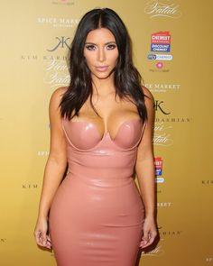 Pin for Later: Kim Kardashian N'a Finalement Pas Besoin D'être Nue Pour Dévoiler Ses Formes