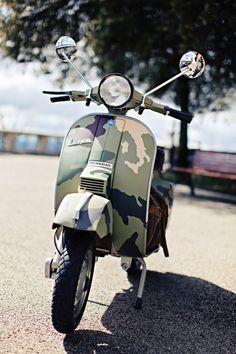 Camouflage Vespa - Notice the map of Italy in the camo design Piaggio Vespa, Vespa Lambretta, Vespa Scooters, Custom Vespa, Custom Bikes, Lml Vespa, Scooter Garage, Camouflage, Lml Star
